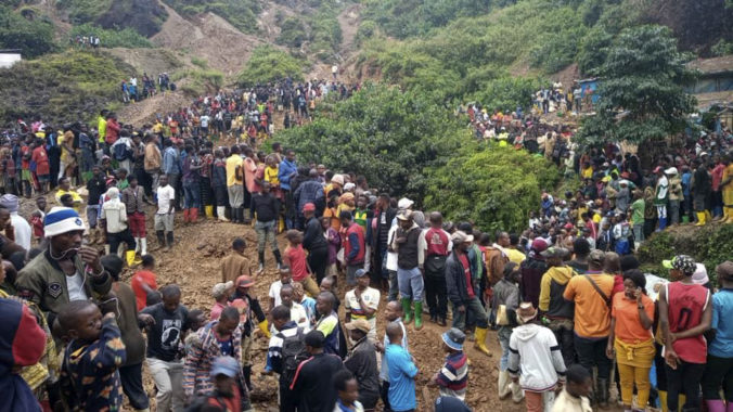 Zosuvy pôdy v Kongu zabili viac ako 50 ľudí, kopáčov a prepravcov kameňov zhltla voda (video)
