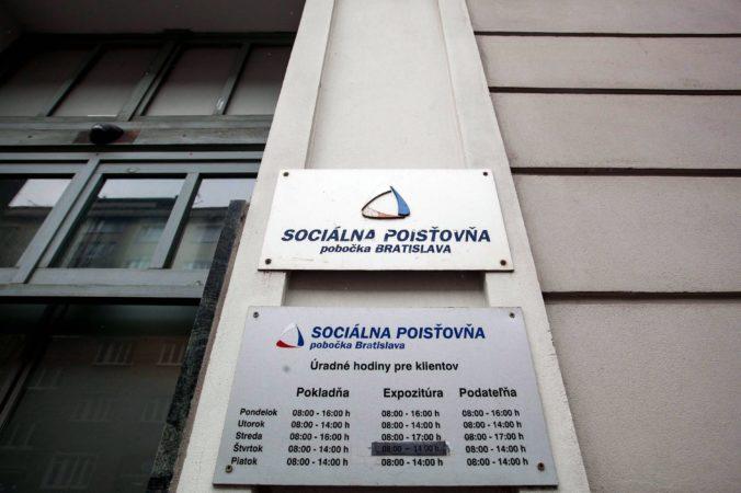 Sociálna poisťovňa využila na vyplácanie dôchodkov takmer deväťsto miliónov eur z iných fondov
