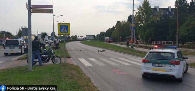 Muž tlačil bicykel po priechode pre chodcov, zrazil ho rozbehnutý motocyklista