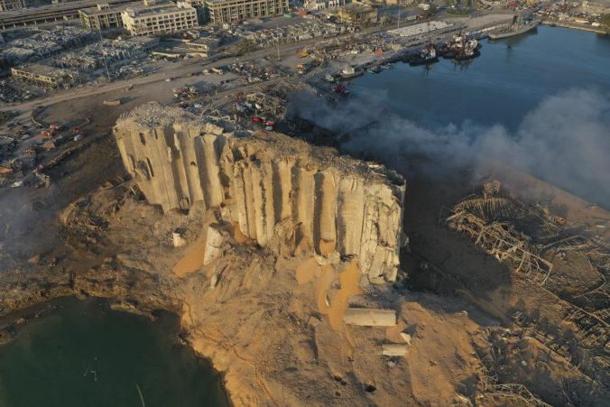 Výbuch v Bejrúte poškodil viac ako stotisíc dverí, armáda stále hľadá deväť ľudí