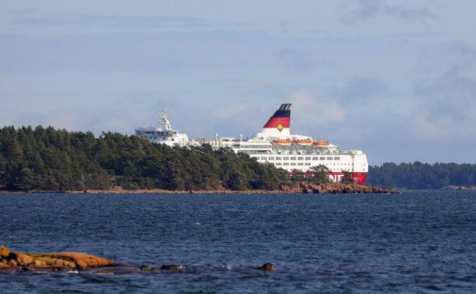 Na plytčine v súostroví Alandy uviazol trajekt, záchranári musia evakuovať takmer tristo ľudí