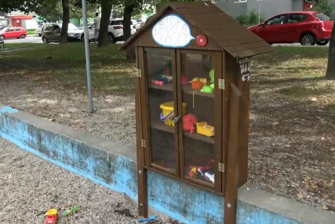 V Bratislavskej Dúbravke pribudli tri nové knižné búdky, deti zas poteší búdka na hračky