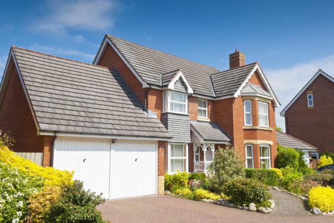 Ceny väčších obytných domov v Británii stúpli na rekordnú úroveň, môže za to súčasná pandémia