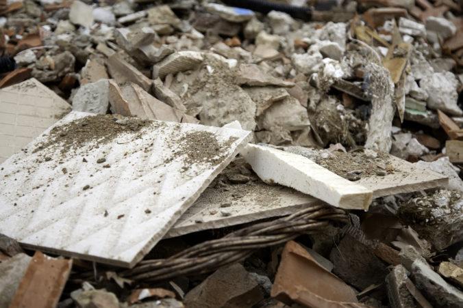 Pod rodinou s dvomi malými deťmi sa prepadla podlaha, z pivnice ich ratovali záchranári