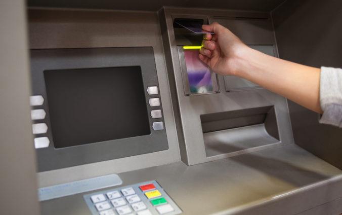 """""""Sused"""" okradol dôverčivú dôchodkyňu o stovky eur, peniaze vybrali z bankomatu"""