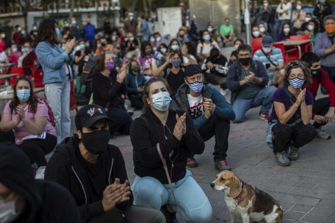 Obmedzenie pohybu v Madride sa rozšíri na ďalšie štvrte, ľudia nesúhlasia a protestujú