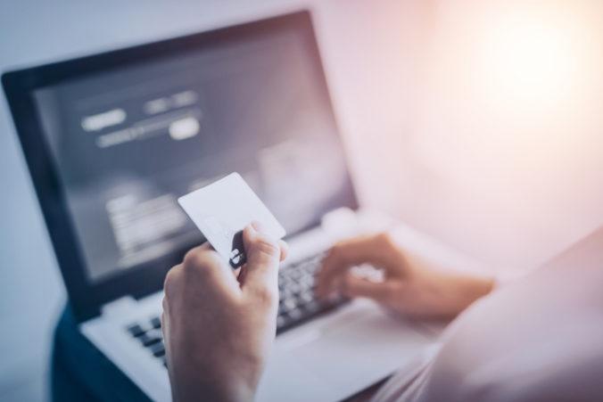Polícia upozorňuje na podvodníkov, ktorí od ľudí žiadajú prihlasovacie údaje do internetbankingu