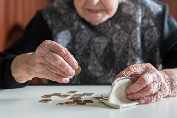 Poberatelia dôchodkov prídu exekučnou zrážkou v priemere o 58,54 eura