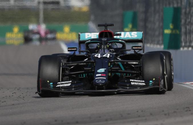 Hamilton doplatil v Soči na penalizáciu, Schumacherov rekord mu zatiaľ uniká