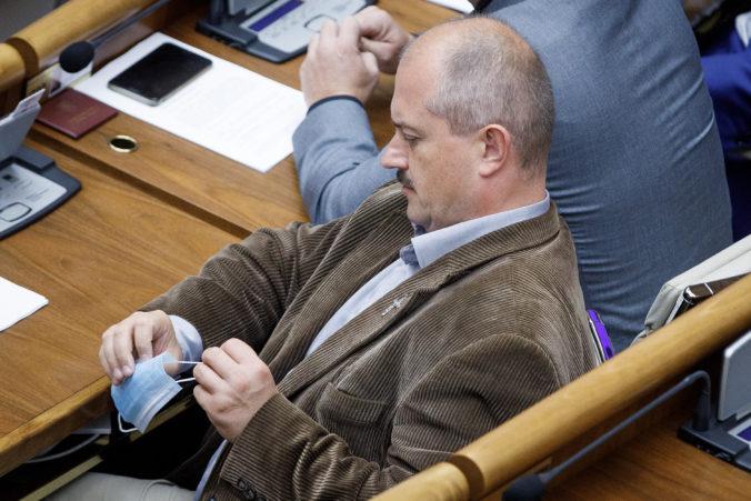 Kotleba si v relácii RTVS odmietol nasadiť rúško, Šeliga zvažuje podanie trestného oznámenia