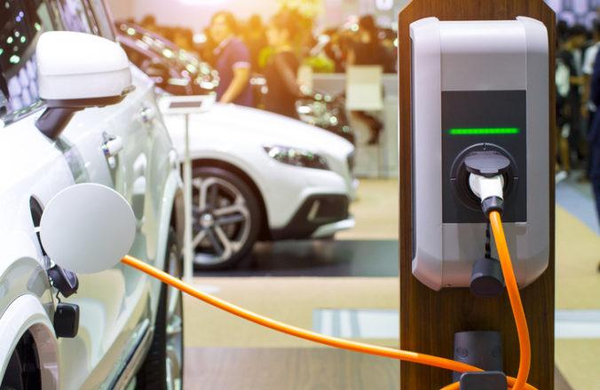 Predaj elektromobilov v lete výrazne vzrástol, pomohlo mu obnovenie štátnych dotácií