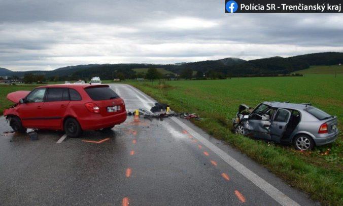 Dôchodkyňa neprežila čelnú zrážku dvoch áut, zranených previezli do nemocnice (foto)