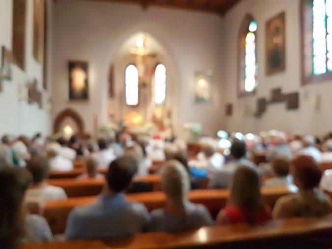 Zavreté kostoly, ale otvorené krčmy a nákupné centrá? Cirkev sa búri a ide za Matovičom