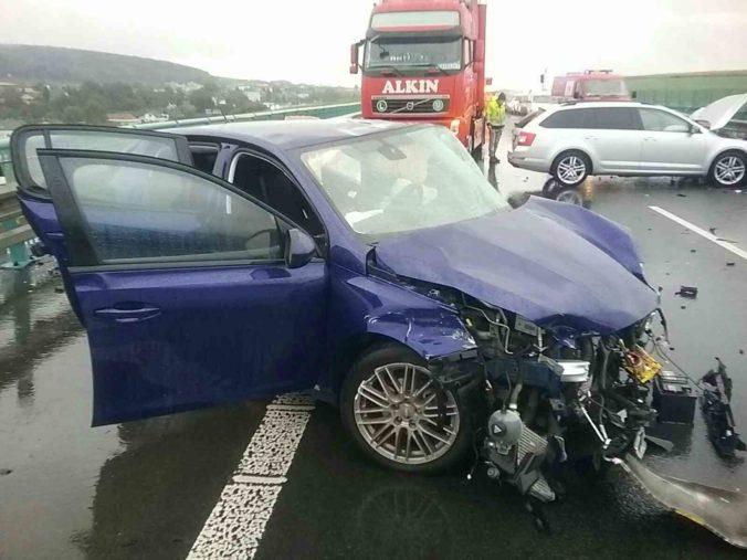 Na D1 smerom na Poprad došlo k zrážke dvoch áut, jednu osobu museli vyslobodzovať hasiči (foto)