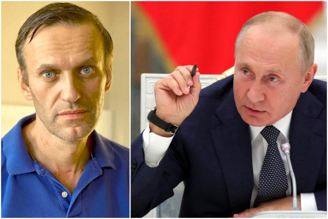 Navaľnyj ukazuje na Putina a vraví, že stál za útokom novičokom