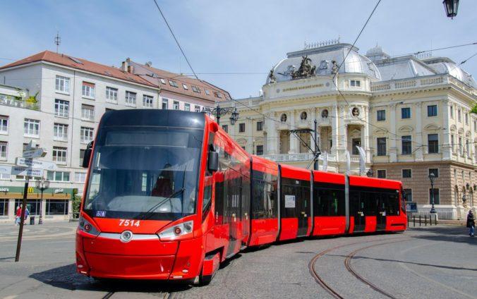 V Bratislave skolabovala doprava, vykoľajila sa električka