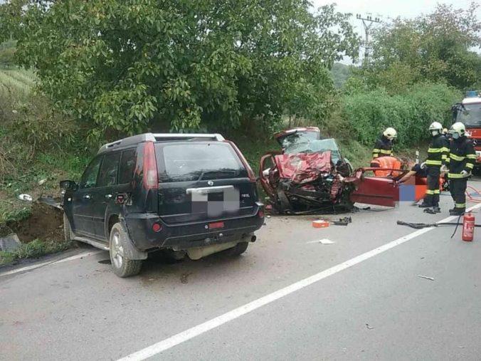 V Novom Meste nad Váhom došlo k tragickej dopravnej nehode, čelne sa zrazili dve autá (foto)