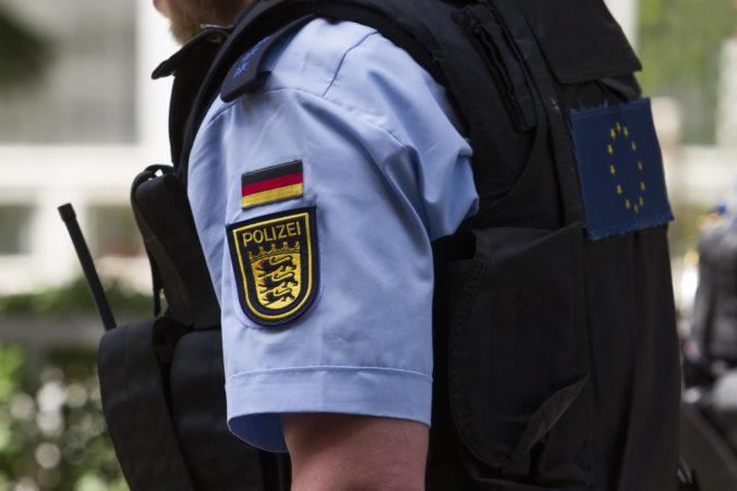 Nemeckí policajti našli v odstavenom vlaku podozrivý predmet plný klincov a pušného prachu