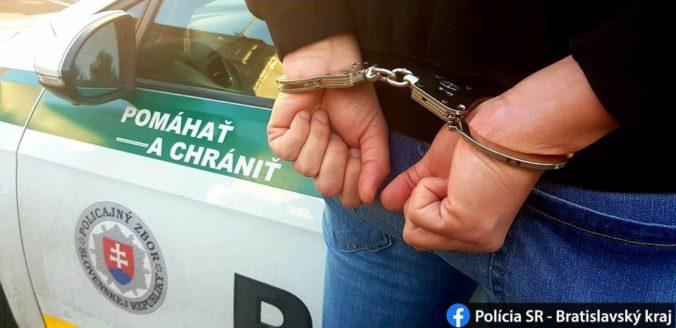 Polícia zasiahla proti drogovým dílerom, obvineným hrozí minimálne desať rokov väzenia