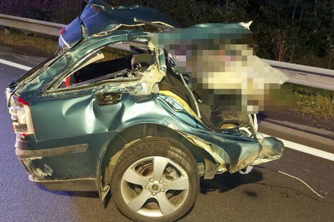 Pri Krupine došlo k tragickej dopravnej nehode, auto sa zrazilo s dvoma dodávkami (foto)
