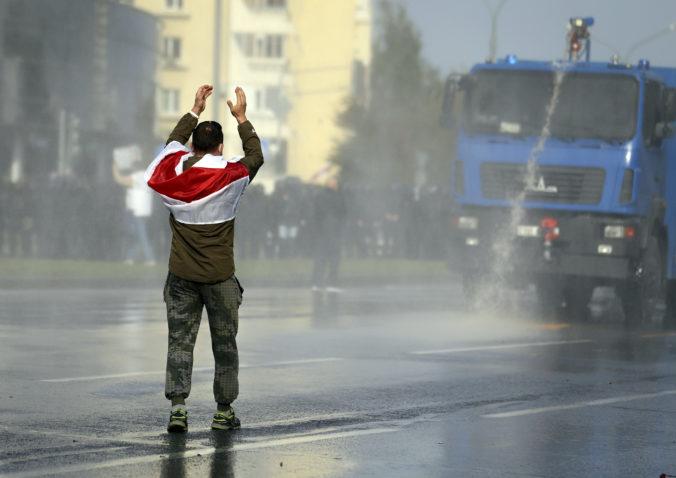 Ľudia v Minsku opäť protestovali proti Lukašenkovi, polícia použila vodné delo