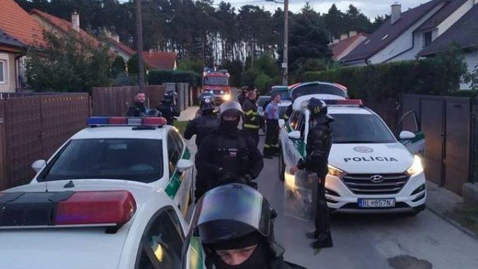 Po výtržnostiach v Plaveckom Štvrtku obvinili jedného muža z útoku na verejného činiteľa