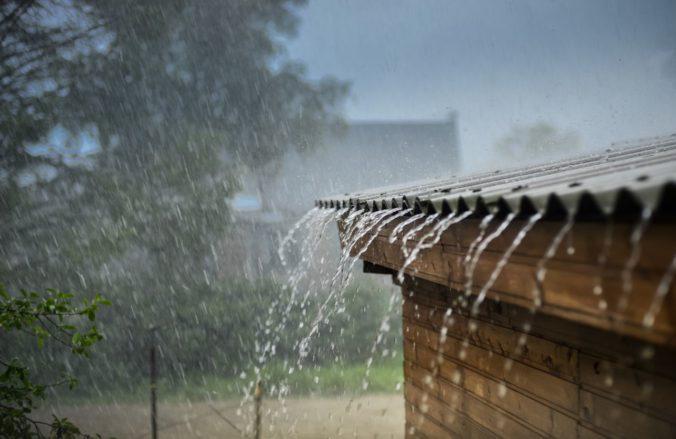 Severozápadu Slovenska hrozia povodne, meteorológovia vydali výstrahy