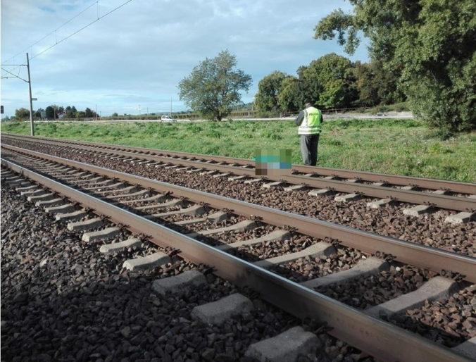 Muž neprežil zrážku s vlakom, jeho totožnosť je zatiaľ neznáma (foto)