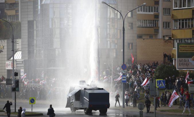 V Minsku protestovalo vyše 100-tisíc ľudí, demonštranti si poradili aj s vodným delom (video)