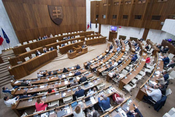 Poslancov čaká mimoriadna schôdza o pláne obnovy, ale podľa Fica koalícia rokovať neplánuje