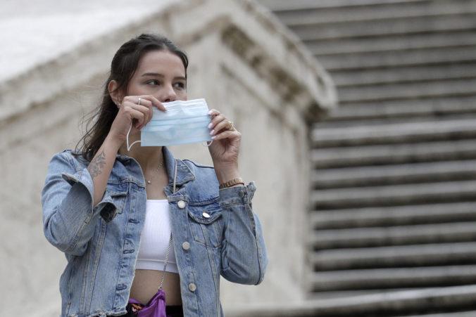 Taliansko sa vrátilo k povinným rúškam na verejnosti, ďalší lockdown by krajinu poškodil