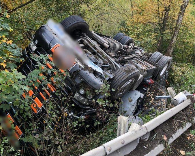 Kamionista zišiel pri Strečne z cesty a prevrátil sa, po nehode nafúkal takmer dve promile (foto)