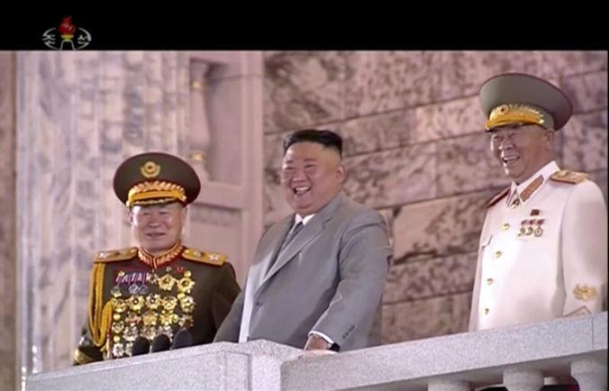 Severná Kórea predstavila na vojenskej prehliadke nové zbrane, Kim Čong-un pohrozil aj jadrovými strelami (video)