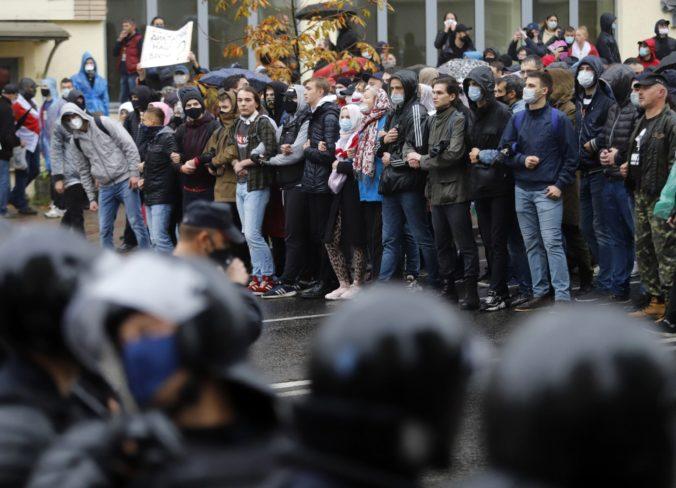 Desaťtisíce ľudí v Minsku demonštrovalo proti Lukašenkovi, polícia použila vodné delo