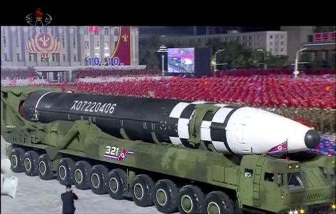 Južná Kórea je po vojenskej prehliadke znepokojená, obáva sa nových severokórejských zbraní (video)