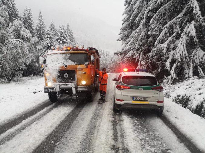 Na horských priechodoch napadol prvý sneh, cestárom začala zimná sezóna v predstihu (foto)