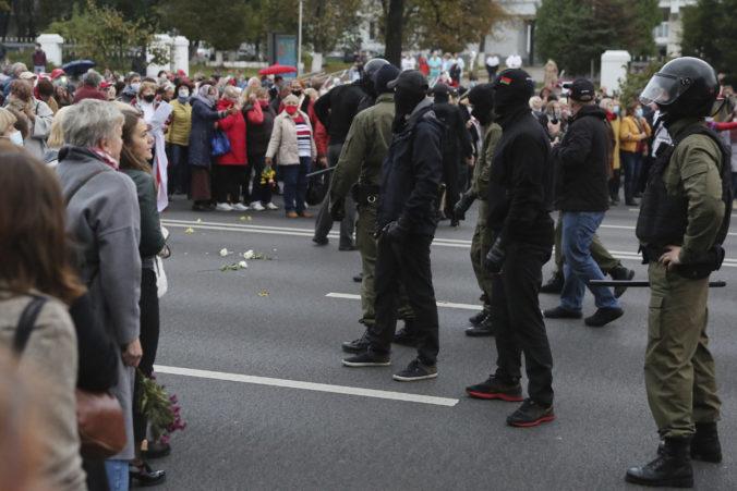 Polícia v Bielorusku zatkla stovky demonštrantov, vyhrážajú sa aj použitím strelných zbraní (video)