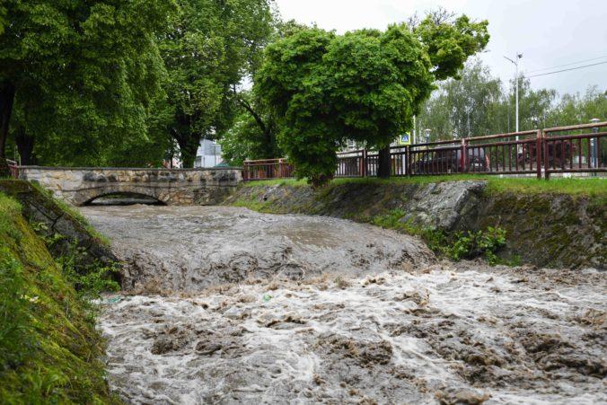 Česku hrozia povodne a hasiči zachraňujú ľudí, dážď narušil aj železničnú dopravu