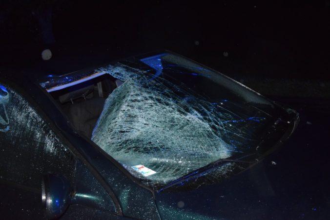Pod kolesami auta zahynul chodec, druhý skončil v nemocnici (foto)