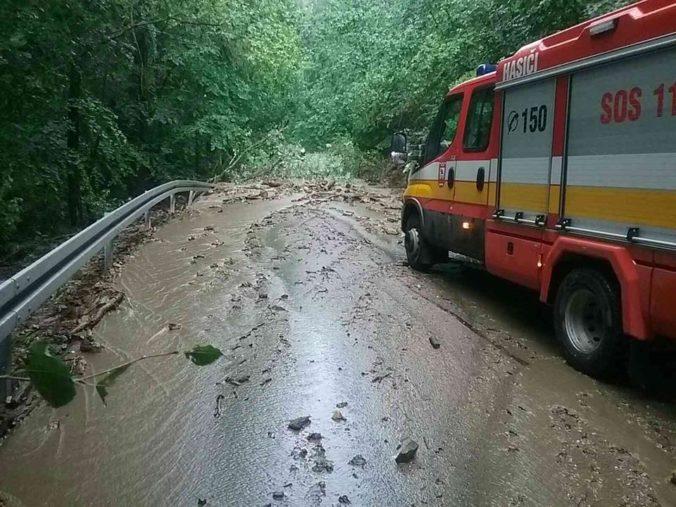 Pre intenzívne dažde mali hasiči plné ruky práce, najviac zásahov mali na východe Slovenska