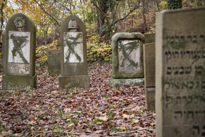 Dvoch neonacistov súdili pre znesvätenie židovských hrobov, jednému robili duševné testy