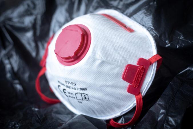 Ministerstvo vnútra zháňa ochranné pomôcky, na respirátory či rukavice plánuje minúť tisíce eur