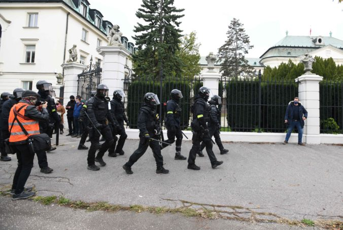 Demonštranti zranili počas protivládnych protestov štyroch policajtov