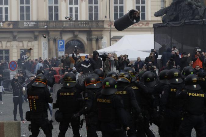 Počas demonštrácie v Prahe musela zasiahnuť polícia vodnými delami a slzným plynom, prerástla do násilností (foto)