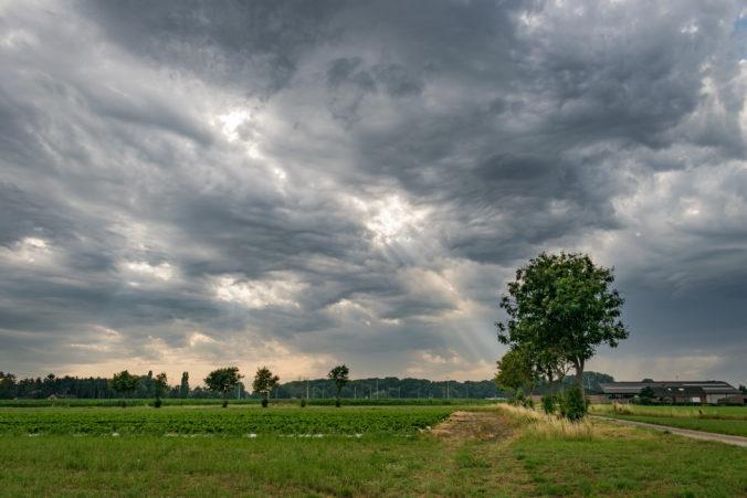 Počasie sa na Slovensku mierne umúdrilo a prestalo pršať, stále však platia výstrahy pred povodňami