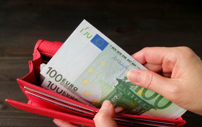 Od januára sa zvyšuje minimálna mzda na 623 eur, stúpnu aj príplatky pre zamestnancov