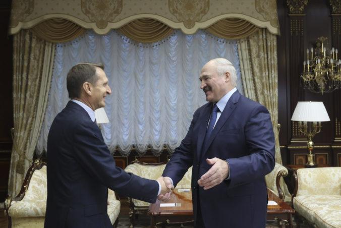 Protesty v Bielorusku sú podnecované zo zahraničia, tvrdí šéf ruskej špionážnej služby
