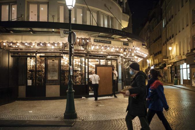 Francúzi po rekordnom dennom prírastku infikovaných rozširujú nočný zákaz vychádzania