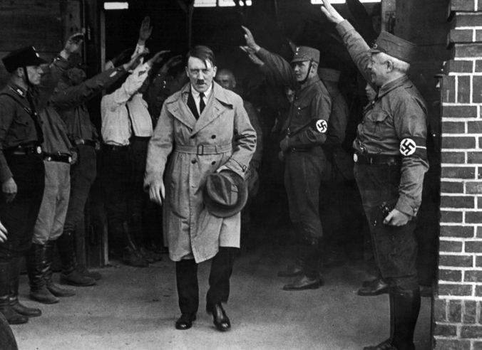 Hitlerove ručne písané prejavy napriek námietkam predali na mníchovskej aukcii