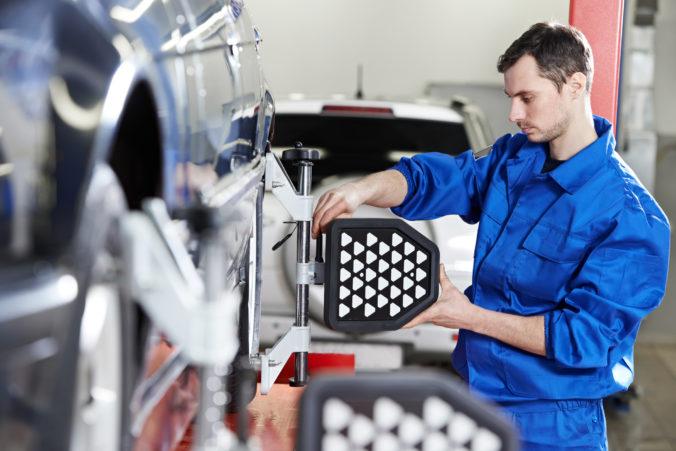 Jaguar, Volkswagen ani PSA výrobu prerušiť neplánujú, komponentov majú dostatok